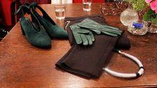 Grön mocka sko, COS, grön skinnhandske, Lindeberg, svart byxa och halsband från H&M.