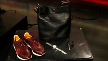 Väska, Decadent. Klocka, Waldor & Co. Armband, Dyrberg & Kern. Sko, Pairs in Paris.