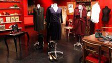 Blå klänning, Ilse Jacobsen. Blå pumps (mocka), Gabor. Svart liten väska, ATP Atelier. Underklänning, Lindex.