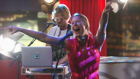 Frida Öhrn sjunger live på Go'kvälls scen.