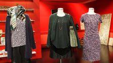 Docka 2: Grön topp, Wera. Grön jacka, Wera. Halsband, H&M. Kjol, Zara. Strumbyxor, Lindex.