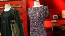 Docka 3: Småmönstrad klänning, Esprit. Halsband, H&M.