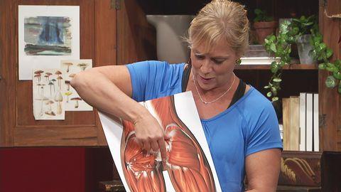 Sofia förklarar vilka muskler som ska aktiveras för att träna rumpan.