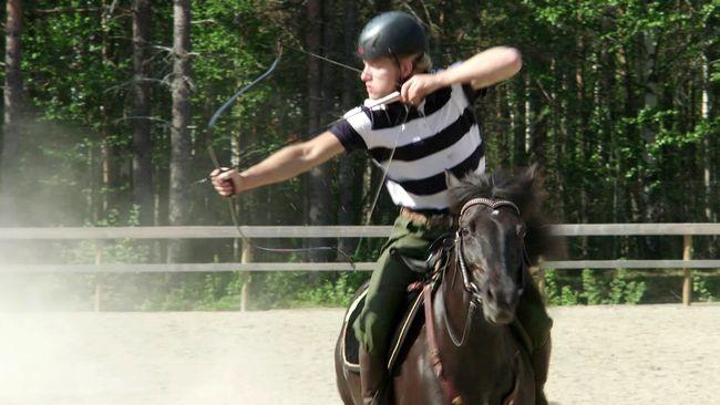 Emil Eriksson är svensk mästare i beridet bågskytte.