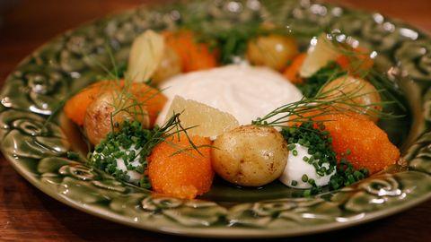 Blomkålskräm med löjrom och små potatisar.