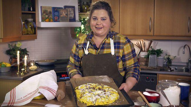 Susanne Jonsson lagar saffransbröd.