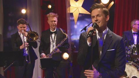 David Lindgren uppträder live på Go'kvällscenen med låten Till alla som längtar hem.