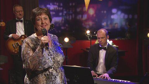 Babben Larsson framför låten It´s just another New year´s eve live på Go'kvällscenen.