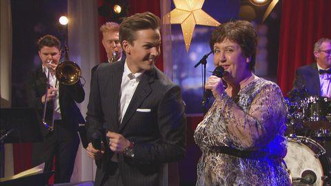 David Lindgren och Babben Larsson framför låten What are you doing New years eve live på Go'kvällscenen.