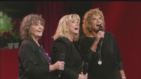 """Barbro """"Lill-Babs"""" Svensson, Siw Malmkvist och Ann-Louise Hanson sjunger live på Go'kvällscenen."""