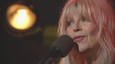 Kajsa Grytt och Malena Jönsson sjunger och spelar låten Brev från ett torg live på Go'kvällscenen.