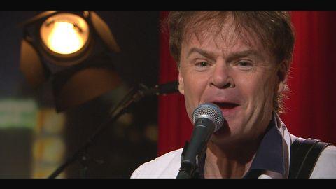 """Nisse Hellberg spelar låten """"Träden växer till himlen"""" på Go'kvälls scen."""