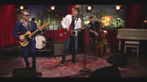 """Nisse Hellberg spelar låten """"Farväl lev och lär"""" på Go'kvälls scen."""