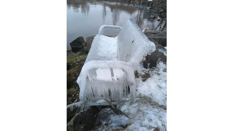 Lotta har fotograferat en soffa täckt med is.