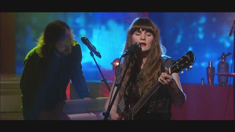 Jennie Abrahamson spelar och sjunger låten Bloodlines live på Go'kvällscenen.