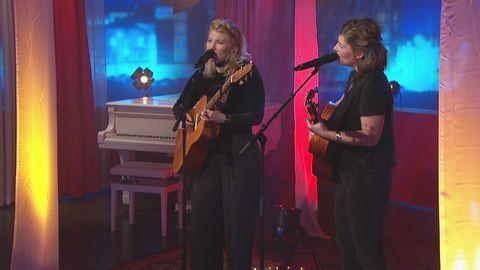 Good Harvest spelar och sjunger låten Charly live på Go'kvällscenen.