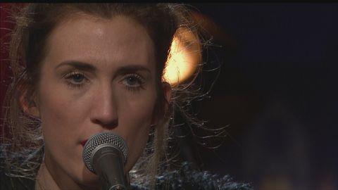 Cajsa Siik spelar och sjunger låten Talk to trees live på Go'kvällscenen.