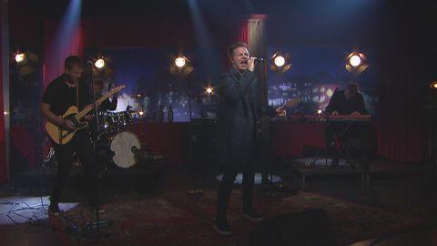 Robin Stjernberg framför låten Rain live på Go'kvällscenen.