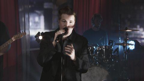 """Robin Stjernberg framför låten """"Feed on my love"""" live på Go'kvällscenen."""