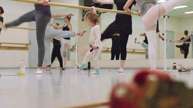 Jenny finner lugn och trygghet när hon tillsammans med sin son träffar balettgruppen varje måndag. Och just den här måndagen händer det något extra betydelsefullt under dansen.