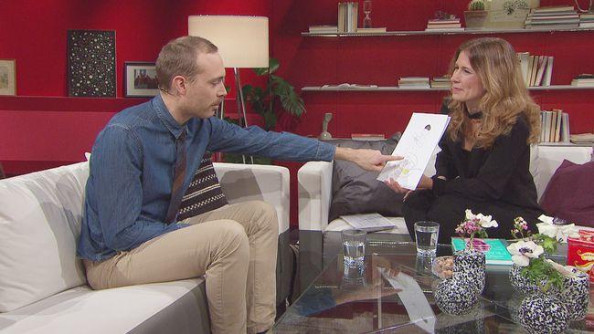 Jesper Rönndahl pekar på en bild av sin nya uppfinning roll-offen hos Linda Olofsson i Go'kväll.