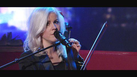 Linnea Olsson spelar låten Weekday på Go'kvälls scen.