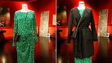 Docka 2 till vänster: Draperad klänning, Lindex, väska Coccinelle. Till höger: Svart trenchcoat, MQ. Väska, Coccinelle.