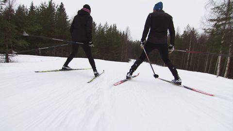 Man och kvinna på skidor.
