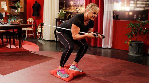 Sofia visar Inger en övning.