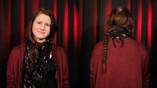 Evelina med en lång fläta innan Helené fick sätta saxen i håret.
