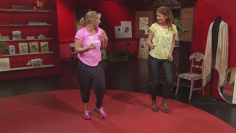 Sofia Åhman och Linda Olofsson dansar.