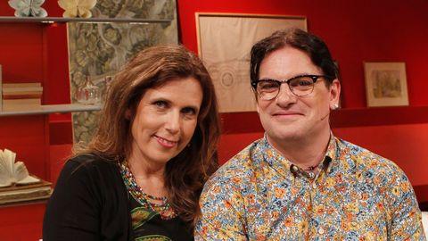 kvinna och man i studiosoffan