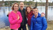 gruppbild två kvinnor och två män vid en älv, ler och skrattar
