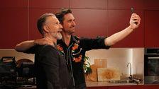 två män tar selfie med mobil