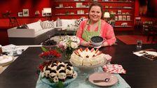 kvinna med tårtor och bär, i studion