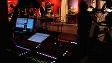 vy över studion, lysande knappar i förgrunden