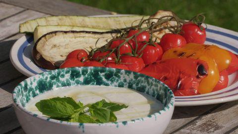 grönsaker på fat, sås i skål, utomhus