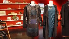 Docka 1: Randig klänning, Phase Eight, Svart skinnjacka, Joy. Örhängen, Zanzlöza Smycken. Docka 2: Grön klänning och grå kofta, Indiska. Örhängen, Zanzlöza Zmycken. Nätstrumpor (ej i bild), Åhléns.