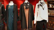 Docka 3: Puderrosa klänning i sammet, Lindex. Sjal med stjärnor, Beck Söndergaard. Svart skinnbyxa, Part Two. Svart kappa, Zara.