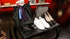 Från vänster: Sjal, Zara. Svart väska, Lindex. Sling back pumps, Stefanel. Vita sneakers, Zara. Grå väska, Lindex. Grå pumps mocka, Rizzo.