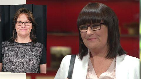 Mörkhårig kvinna med glasögon i ny frisör - en glansig lugg