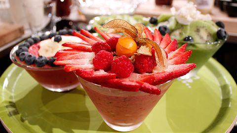 skålar med smoothie och dekorativa bär på