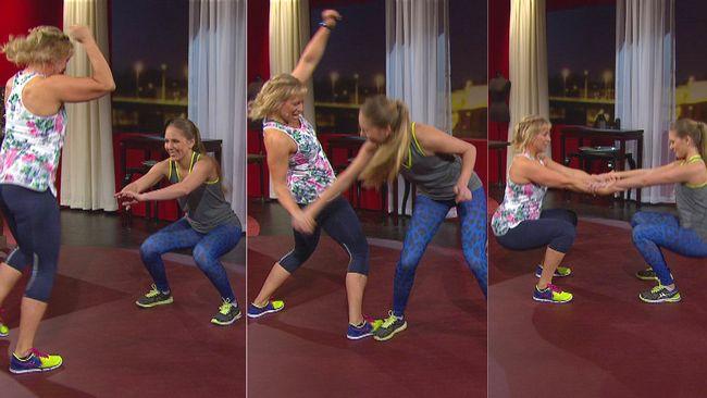 Sofia Åhman och dottern Fanny visar träningövningar för två.