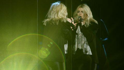 Amanda Fondell sjunger till sin spegelbild.