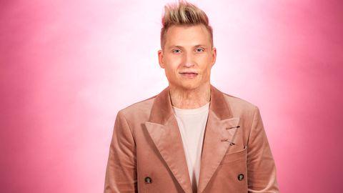 """Bild på Axel Schylström, som sjunger """"När ingen ser"""" i Melodifestivalen2017."""