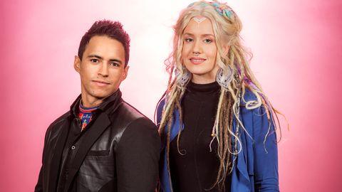 """Bild på Jon Henrik Fjällgren feat. Aninia, som sjunger """"En värld full av strider (Vearelde gusnie jeenh vigkieh)"""" i Melodifestivalen2017."""