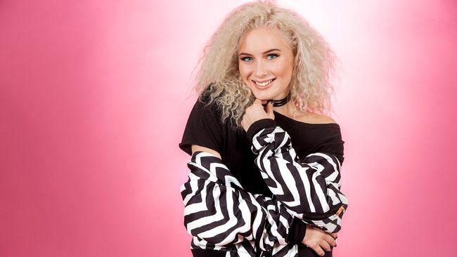 """Bild på Wiktoria, som sjunger """"As I Lay Me Down"""" i Melodifestivalen2017."""