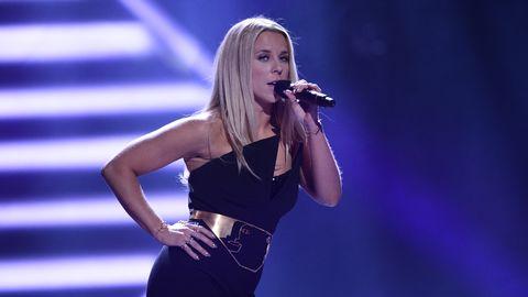 "Krista Siegfrids sjunger ""Snurra min jord"" i Melodifestivalen 2017."