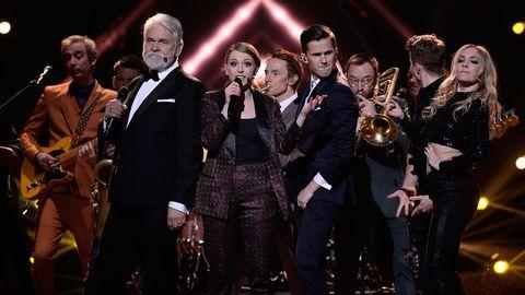 Programledarna och husdansarna framför öppningsnumret i finalen ackompanjerade av Damn!