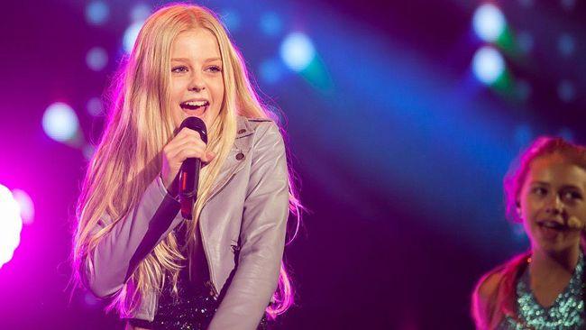 Bild på när Julia Kedhammar repeterar Sveriges bidrag inför Junior Eurovision Song Contest 2014 på Malta.